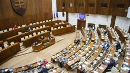 S nákazou do parlamentu. Pozitívnych poslancov oddelia fóliou