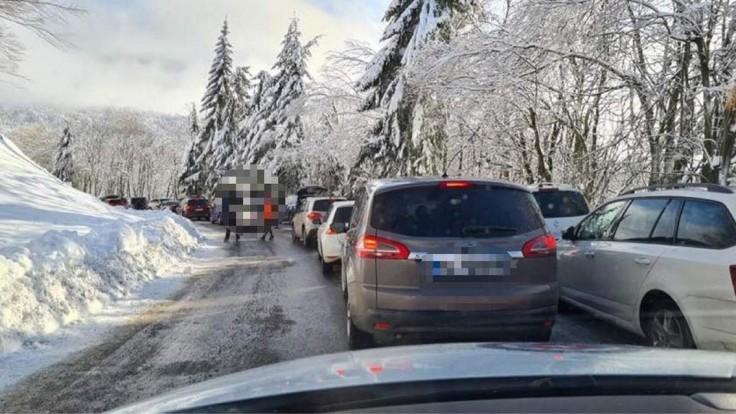 Skalka čelí veľkému návalu lyžiarov, polícia musela uzavrieť cestu