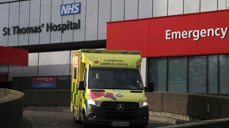Lôžok pre chorých je málo, Británia znovu otvára poľné nemocnice