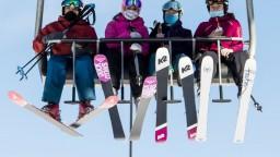 Ľudia lyžujú napriek lockdownu, polícia ich vyháňa zo svahov
