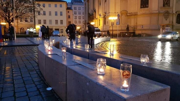 V Prahe protestovali pomocou pivových pohárov, vytvorili reťaz