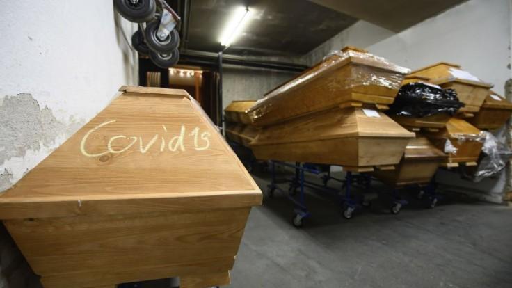 Pohreby komplikuje hystéria, situácia má byť onedlho kritická
