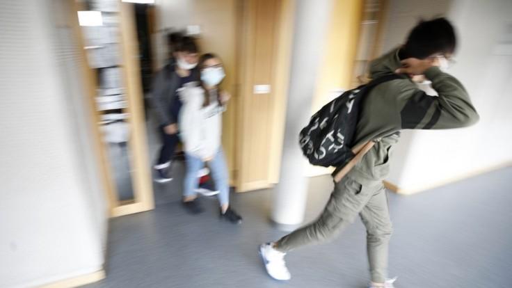 Otváranie škôl je teraz mimoriadne rizikové, vyhlásil minister