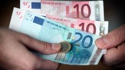 Ceny v eurozóne klesajú, inflácia je najnižšia za štyri roky