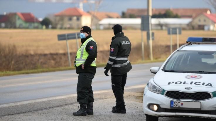 Zákaz vychádzania kontrolujú, polícia je aj na hraniciach okresov