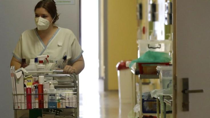 Reprodukčné číslo v ČR rastie, počet hospitalizovaných klesol