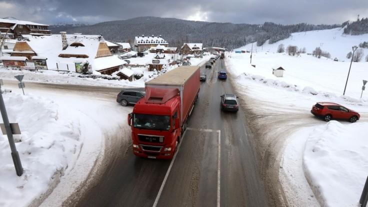 Sneh zasypal väčšinu Slovenska. Polícia radí, ako teraz jazdiť