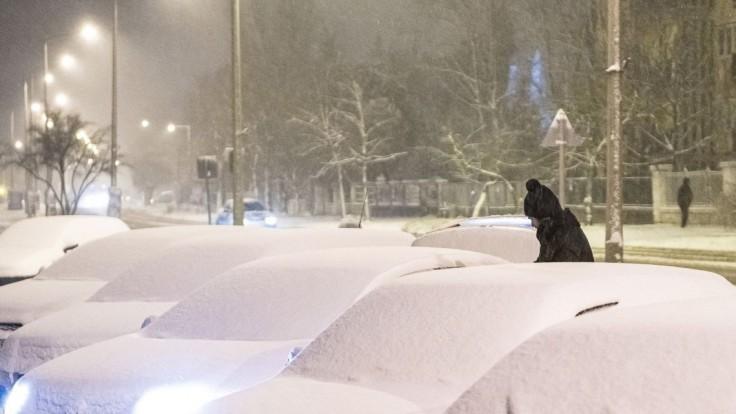 Pozor na ľad i sneh, počasie komplikuje dopravu na cestách