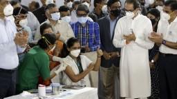 India začala s očkovaním zdravotníkov, pripravené sú stovky centier