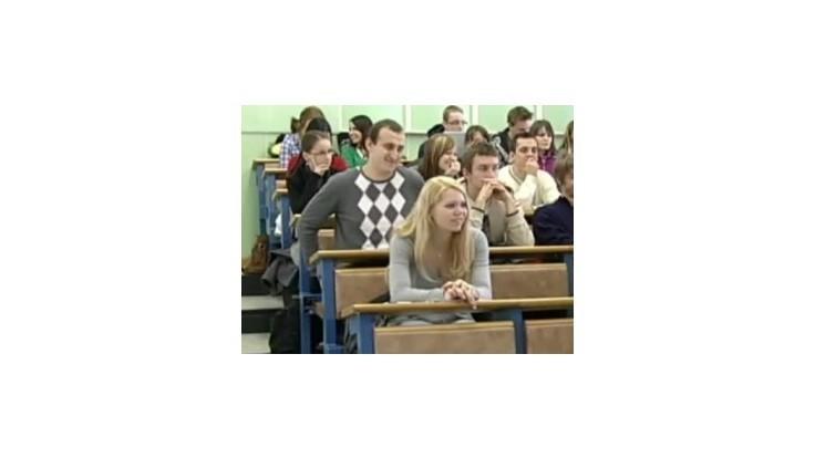 Vysokoškolákov ubúda, viac ich je na súkromných školách