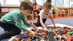 Väčšina detí zostáva doma, otvorené môžu byť len škôlky