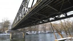 Vojaci a hasiči postavili dočasný most, je náhradou za ten zrútený