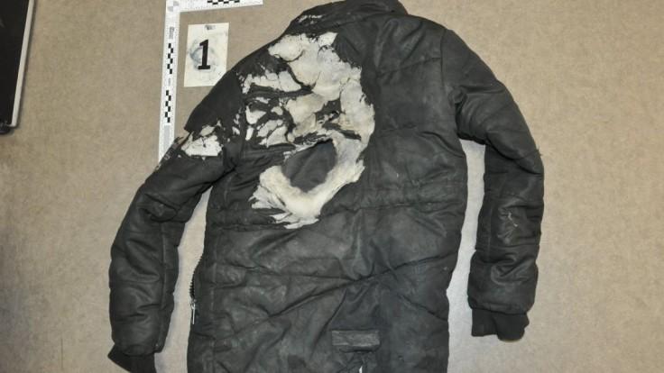 Chlapcovi polial vetrovku horľavinou a zapálil ju. Útočníka obvinili