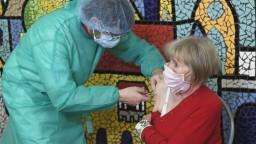 Dôchodcov a zamestnancov DSS začali očkovať i v metropole východu