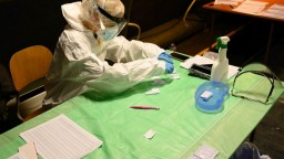 Vírus zabil ďalších sto pacientov, pribudli tisícky infikovaných