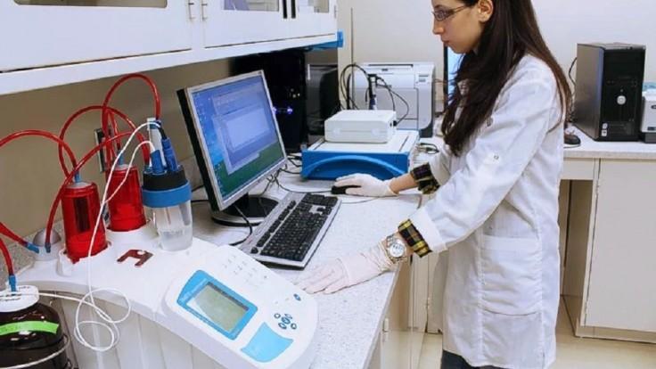 Nová technika dokáže rozložiť mikroplasty na H2O a CO2