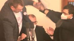 V českom parlamente sa strhla bitka. Poslanca zo sály vykázali