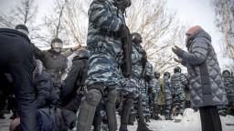Rusko obmedzuje základné slobody. Zásahy polície odsúdili USA i EÚ