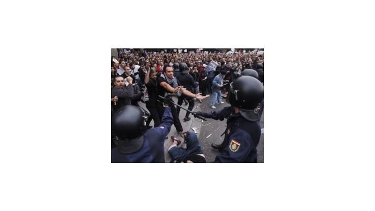 Tisíce protestujúcich Španielov rozohnal až tvrdý zásah polície