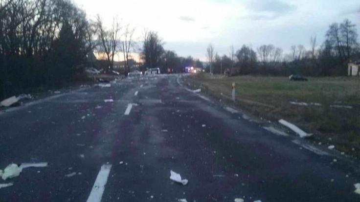 Na strednom Slovensku sa zrazili kamióny s autom, úsek uzavreli