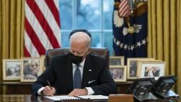 Bidenov balík pomoci narazil na kritiku, účet má byť príliš vysoký