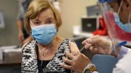 Seniori preťažili systém ministerstva, chcú sa očkovať