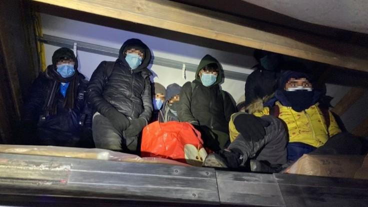 Uzimení a unavení. Policajti našli v kamióne ilegálnych migrantov