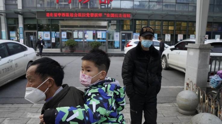 Experti stále skúmajú pôvod vírusu, v Číne počet prípadov klesá