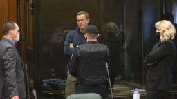 Navaľného priaznivci prišli až k súdu, mnohých zadržali
