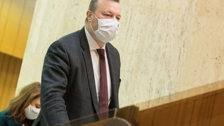 Minister Krajniak: Budeme kontrolovať, či ľudia pracujú z domu