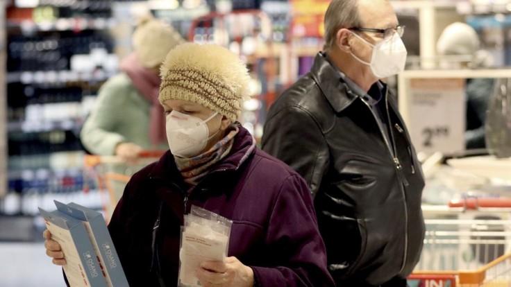 Pri nákupe či v MHD odporúča vláda respirátor