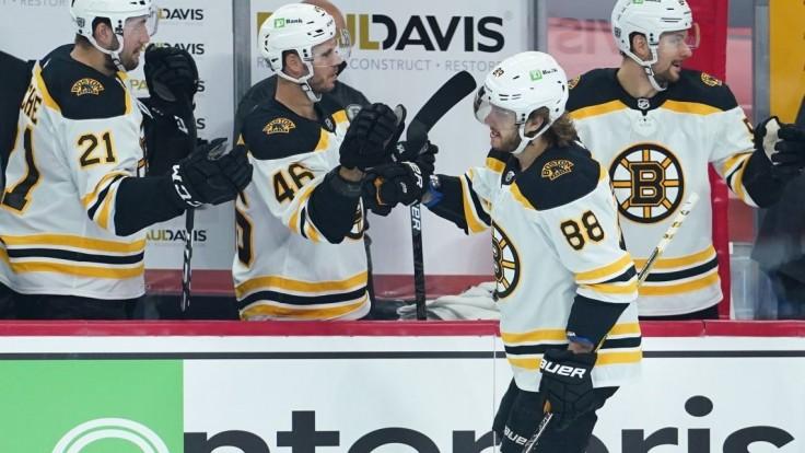 NHL: Černákovmu klubu sa darí, Pastrňák si pripísal hetrik
