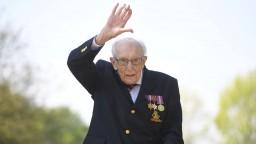 100-ročnému veteránovi, ktorý podľahol Covidu, tlieskal i Johnson