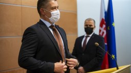 Do karantény musel po šéfovi polície aj minister Mikulec