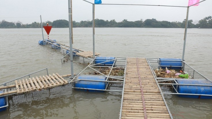 Lapač zberá plastový odpad z vietnamskej Červenej rieky