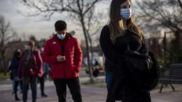 Pandémia má už vyše päťtisíc obetí, v nemocniciach je menej ľudí