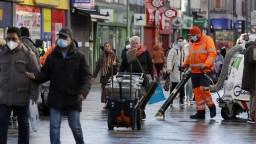 Británia chce do mája zaočkovať všetky prioritné skupiny občanov