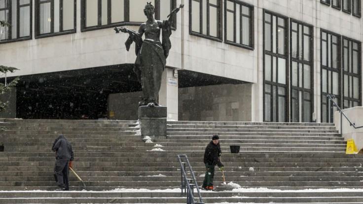 S nákazou bojujú aj v parlamente, viacerí poslanci išli do izolácie