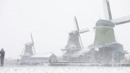 Západnú Európu sužuje sneženie, dopravcovia rušia mnohé spoje