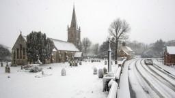 Európu ochromilo silné sneženie, na cestách sa tvoria dlhé kolóny