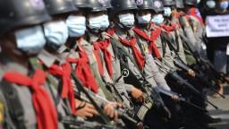 Ľudia v Mjanmarsku sú stále v uliciach, polícia použila vodné delá