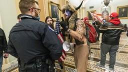 Ukázali doteraz nezverejnené zábery z útoku na Kapitol