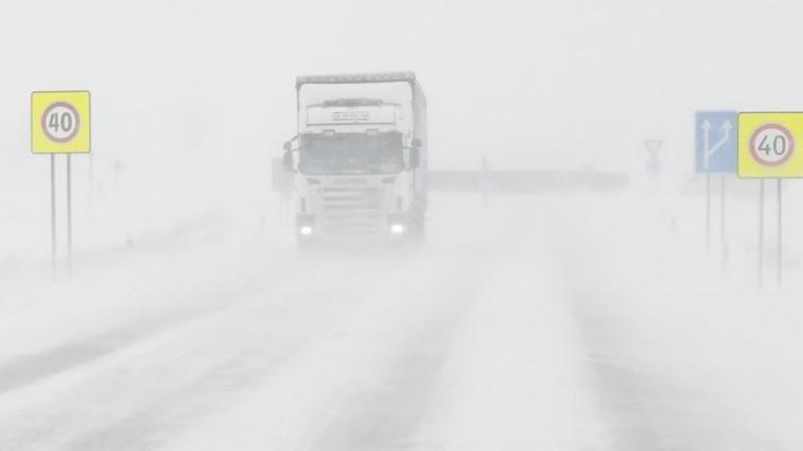 Cestári varujú vodičov: Pozor na nárazový vietor a snehové jazyky