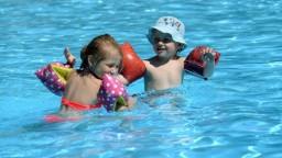 Deti v modrých plavkách do bazéna nikdy nepustite