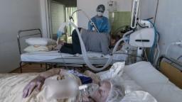 Tvrdenia verzus prax. V nemocniciach sa rozhodujú, koho pripoja na ventiláciu