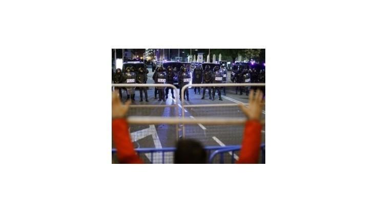 Španielskí demonštranti sa opäť dostali do stretov s políciou