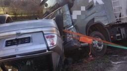 Auto skončilo po zrážke s kamiónom na streche. Hlásia obeť
