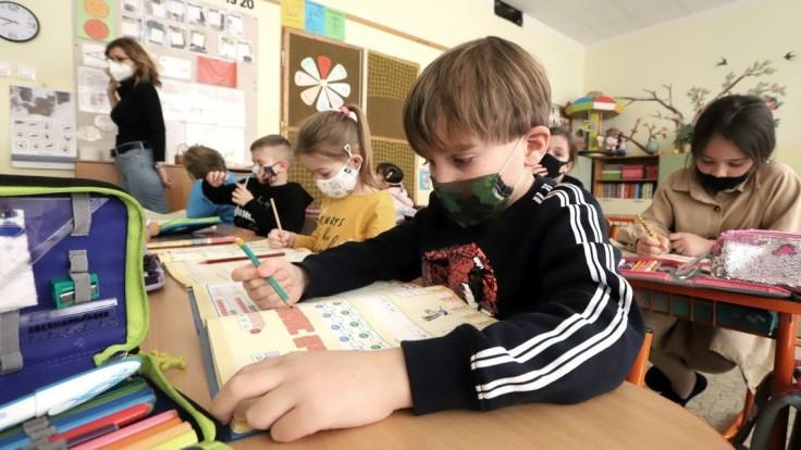 Rezort vnútra pomohol školstvu, rozviezli tisíce respirátorov