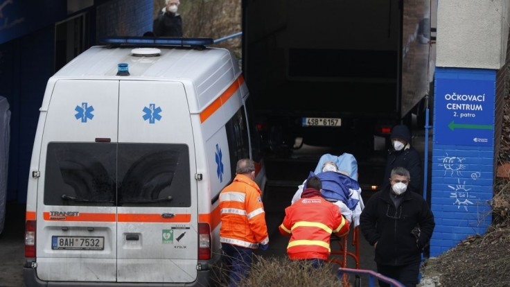 Hospitalizovaných je v Česku menej, pribudlo vyše 13 000 prípadov