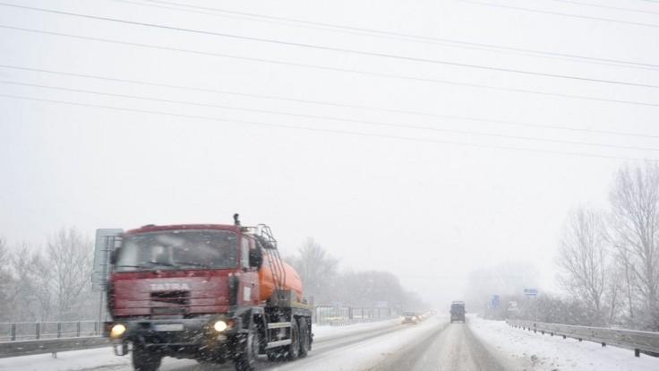 Niekde sú cesty pokryté vrstvou snehu, môže sa tvoriť poľadovica